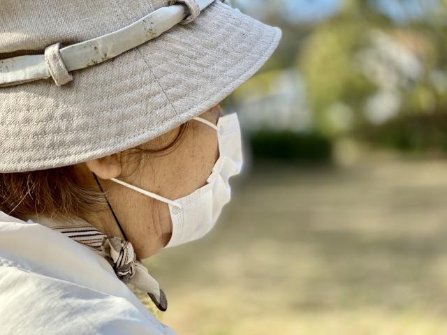 マスクをつける高齢者
