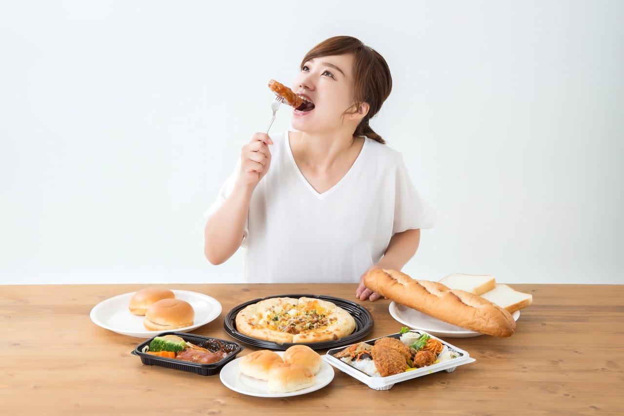 テイクアウトを食べる女性