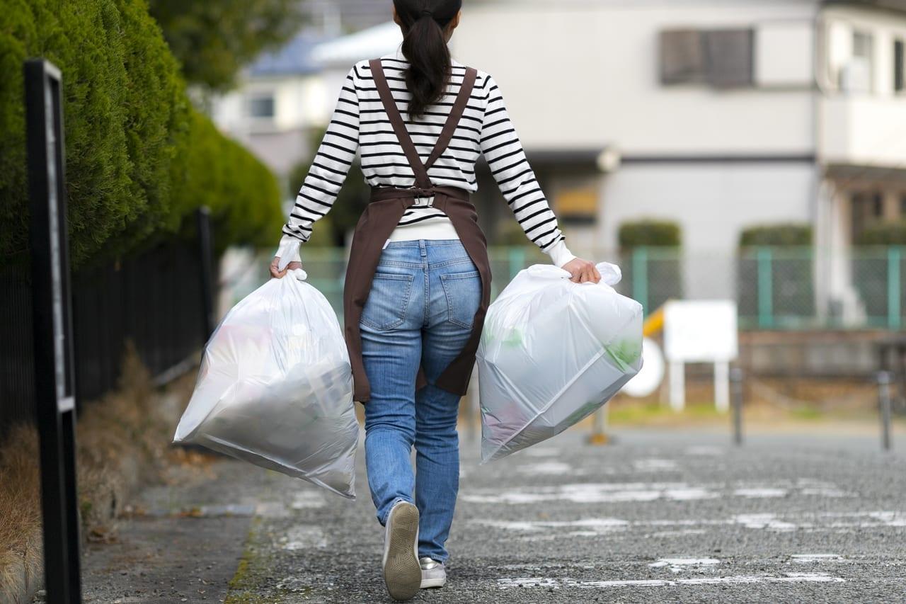 ゴミ出しをする女性