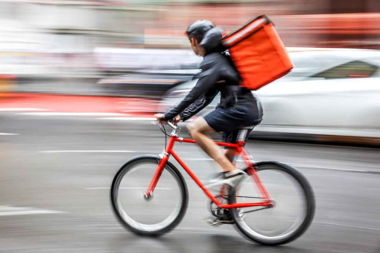 自転車で配達する人