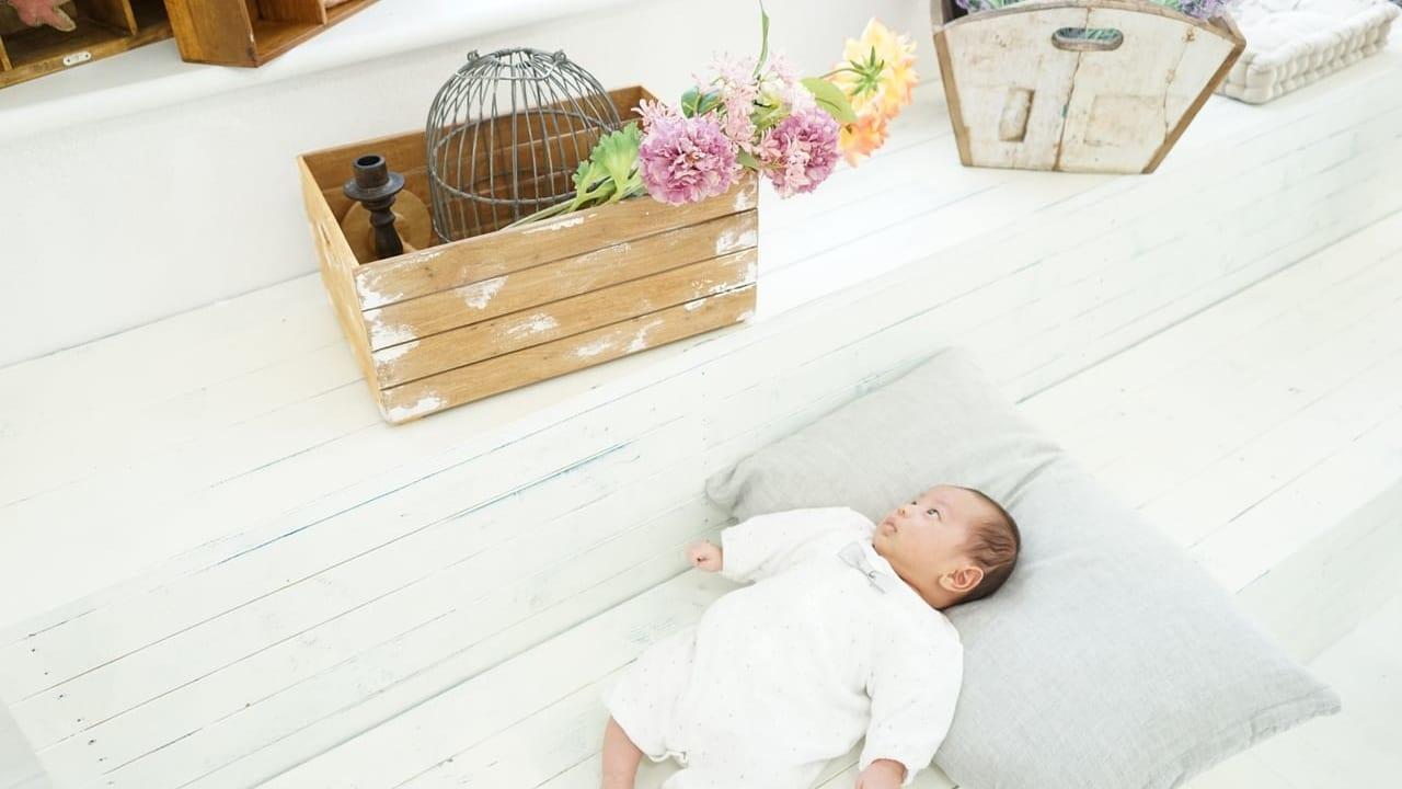 寝転がる新生児