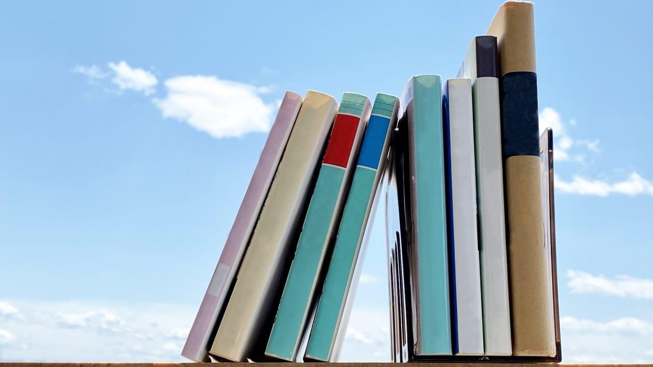 青空に本が並んでいる