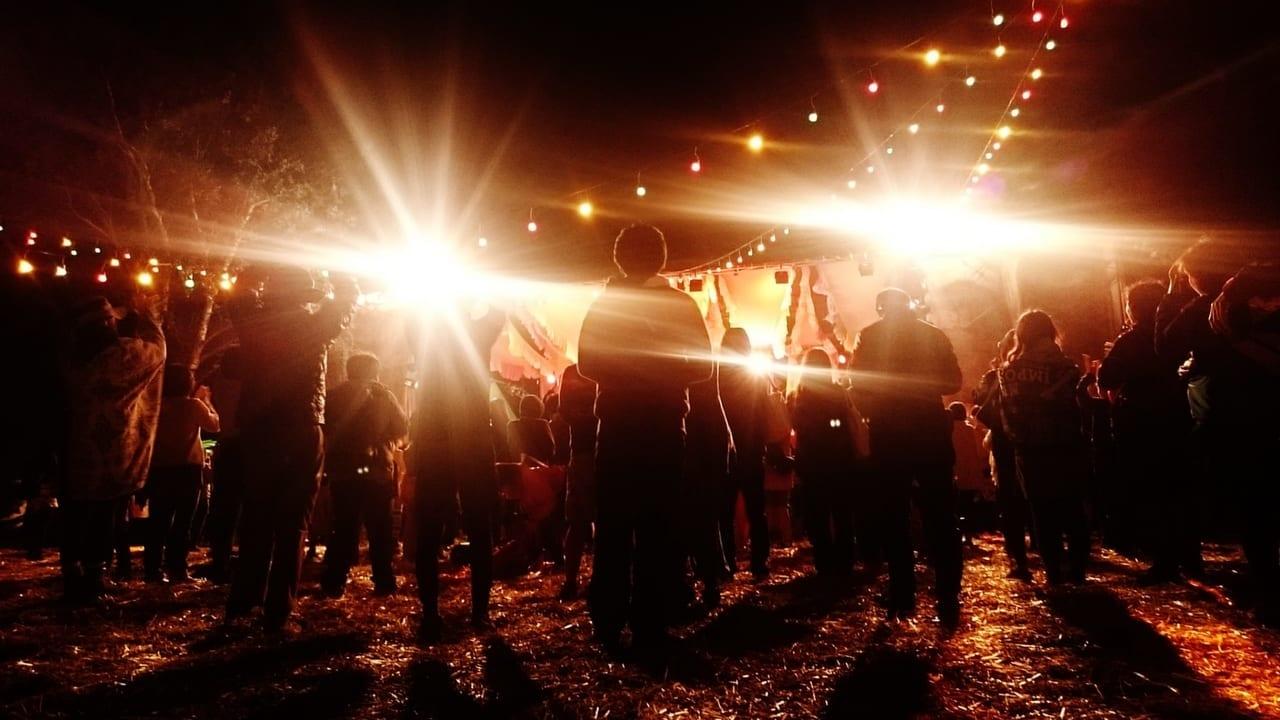 夜の野外フェスのイメージ
