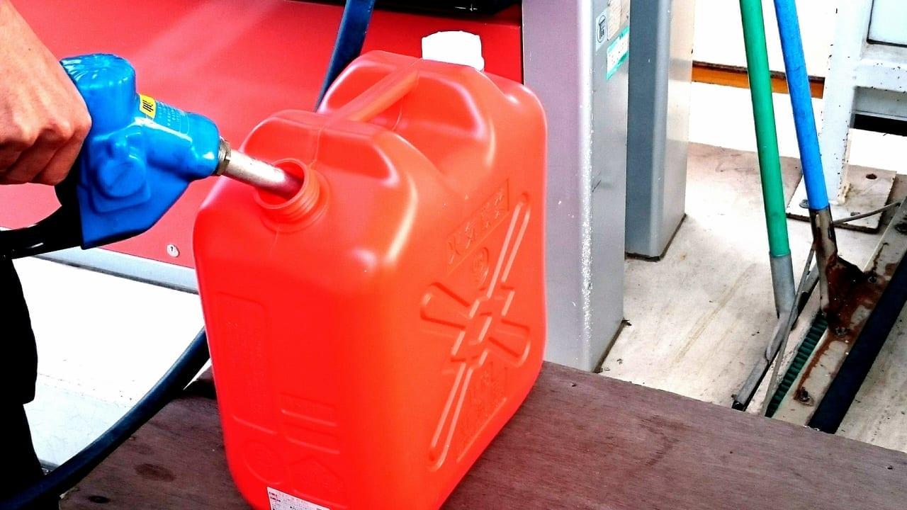 灯油を給油するイメージ写真