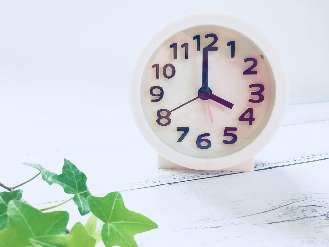 4時を指す時計
